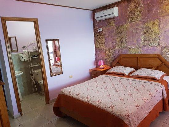 Hotel Vista Mar: Habitación matrimonial con cama queen , mini nevera y balcón vista al mar