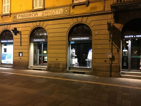 Faenza, Ιταλία: Farmacia Zanotti by night