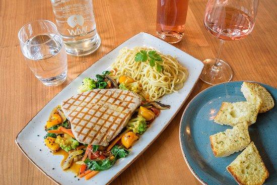 Grüningen, Szwajcaria: Grillierter Thunfisch auf Wok-Gemüse mit feinen Nudeln