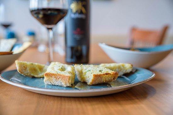 Grüningen, Szwajcaria: Hausgemachtes Knoblauchbrot und unser Lieblingswein aus Südafrika