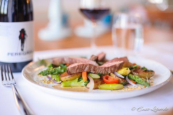 Grüningen, Szwajcaria: Streifen vom Flank-Steak auf mediterranem Gemüse mit Bratkartoffeln und Dukkah