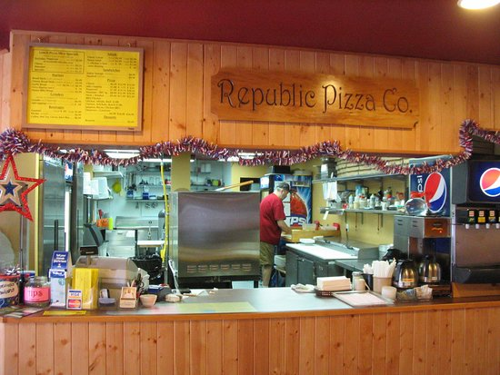 Republic Pizza Co.: Open kitchen lets customers watch while their pizza is made.