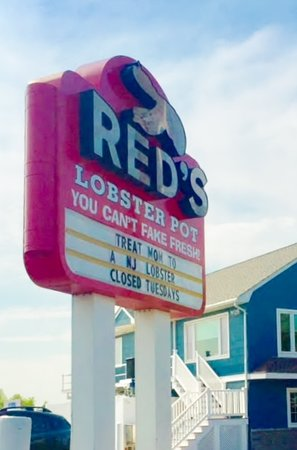 Red's Lobster Pot: Round the corner of the Inlet and Red's will be there waiting for you!