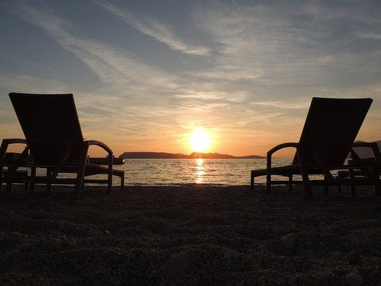 Valamar Collection Dubrovnik President Hotel : Foto tirada da praia e o por do sol no horizonte