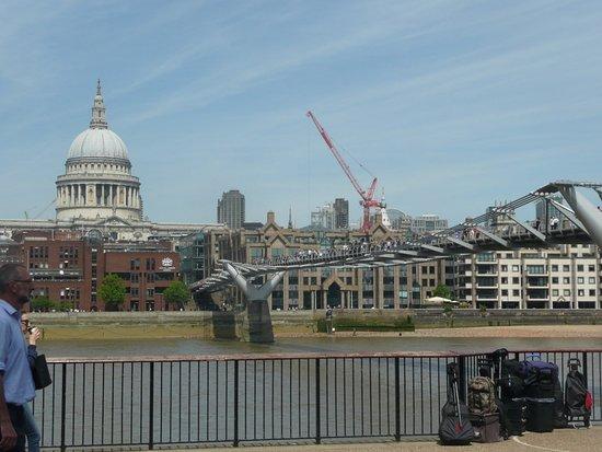 Westminster to Tower of London Hop-On-Hop-Off Cruise: Vue sur le Millenium Bridge et la cathédrale St-Paul