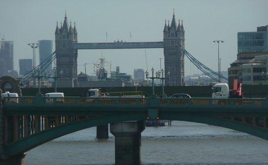 Westminster to Tower of London Hop-On-Hop-Off Cruise: Vue sur Southwark Bridge et Tower Bridge