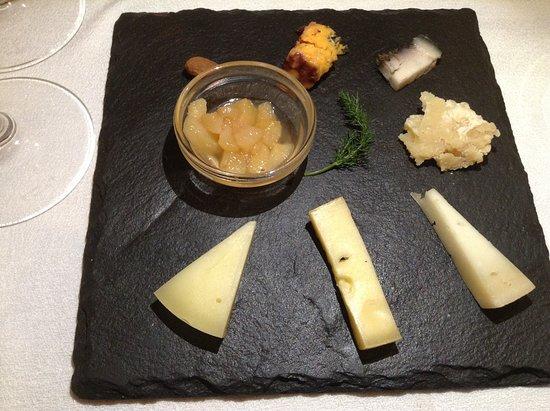 Abbasanta, Italy: Piccola degustazione di formaggi sardi con composta di pere