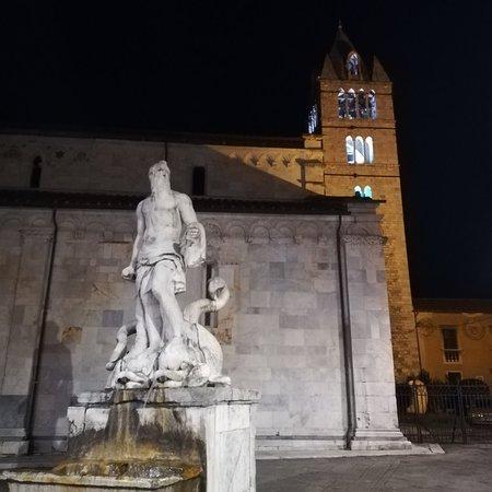 Carrara, Italia: Fontana del Gigante