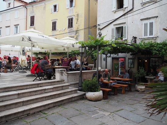 Fritolin pri Cantini: Romantischen Essen im Brunnen ...
