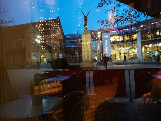 Cafe Rouge - Woking: Looking to the outside of the restaurant