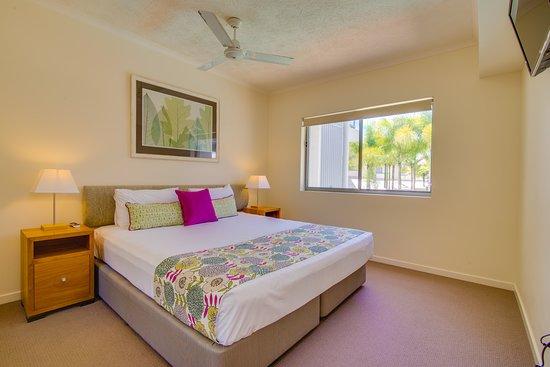 Coolum Beach, ออสเตรเลีย: main bedroom 2 bedroom apartment Coolum at the Beach