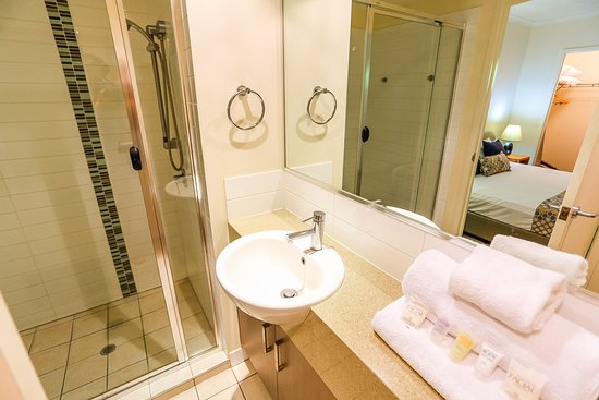 Coolum Beach, ออสเตรเลีย: Ensuite bathroom 2 bedroom apartment Coolum at the Beach