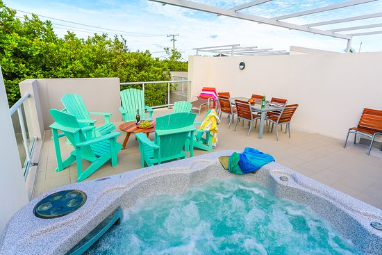Coolum Beach, Australien: Rooftop Terrace with private spa 3 bedroom villa