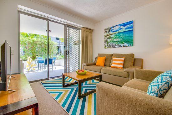 Coolum Beach, Australien: living area leading to ground floor patio 2 bedroom apartment