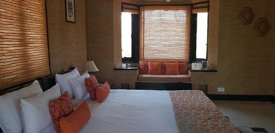 Pugdundee Safaris - Kings Lodge: Lovely big bed.