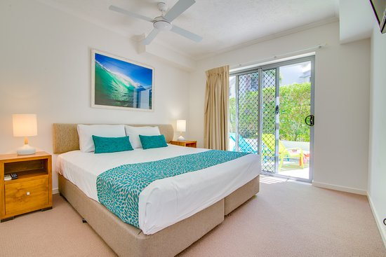 Coolum Beach, Australien: main bedroom ground floor apartment 2 bedroom with view to patio