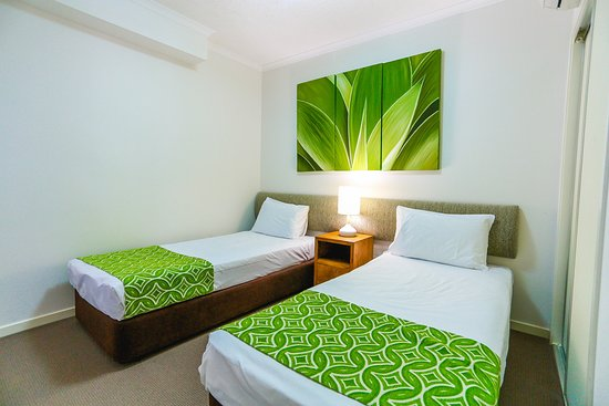 Coolum Beach, Australien: Second bedroom 2 bedroom apartment Coolum at the Beach