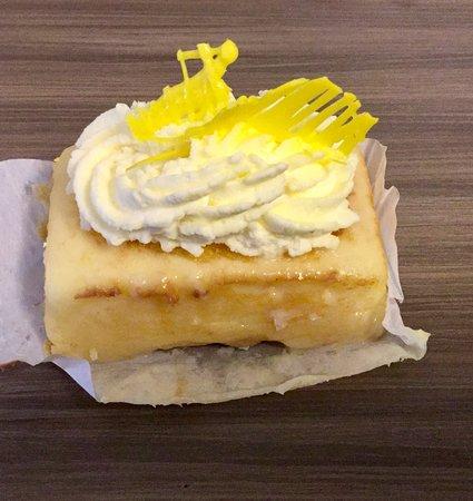 Presti's Bakery & Café: Delicious lemon bars!