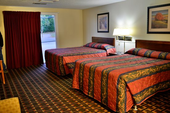Ellsworth, ME: Some rooms had carpet (shown) others had floating lamant flooring.