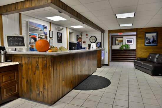 Ellsworth, ME: Clean well lighted check in area