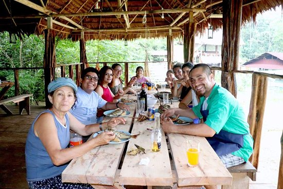 Rainforest Awareness Rescue Education Center: Lunch time with volunteers, tourists and staff