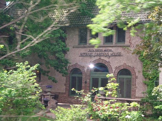 Gray Line Tours: Passing by the Botanical House