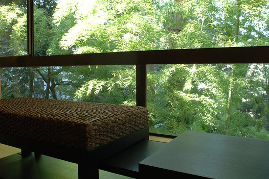 Yoshidaya Sannoukaku: 『松風庵』松緑の間(105号室)周囲の自然や柔らかな陽射しを眺めて憩いのひと時を…。