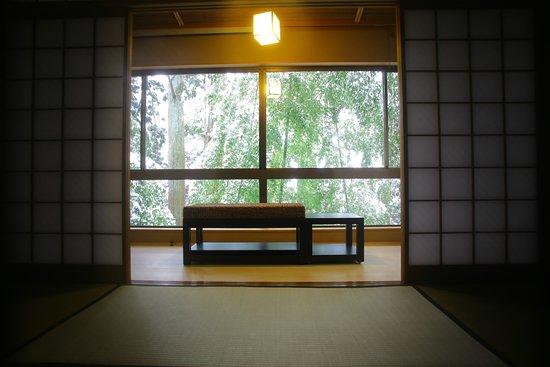 Yoshidaya Sannoukaku: 『松風庵』松緑の間(105号室)の本間。周囲の自然や柔らかな陽射しを眺めて憩いのひと時を…。