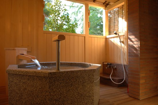 Yoshidaya Sannoukaku: 『松風庵』松緑の間(105号室)の露天風呂。差し込んでくる木漏れ日を浴びながらご入浴をどうぞ。