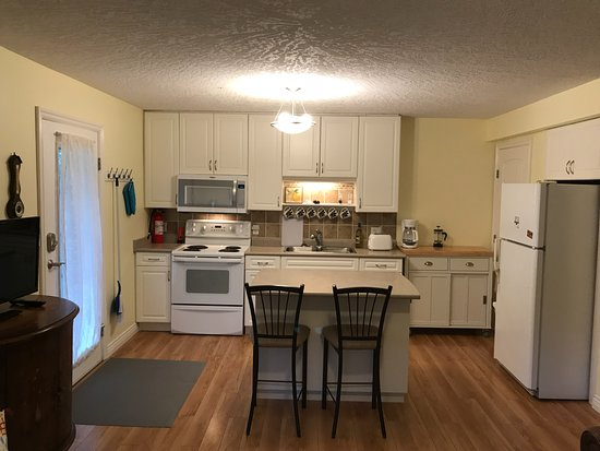 Royston, Καναδάς: Kitchen and dining area in Little Bear Garden View Suite