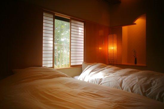 Yoshidaya Sannoukaku: 『松風庵』松径の間(106号室)の副室:ねむりの間。照明はもちろん床や壁にもこだわりが感じられます。
