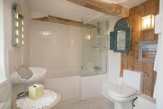Frampton, UK: Tudor Room en suite bathroom