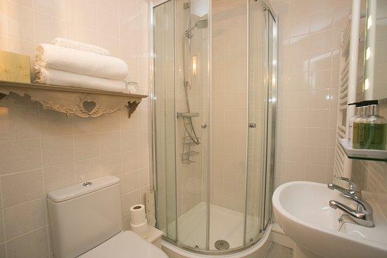 Frampton, UK: Crab Apple Room en suite shower