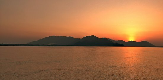 Marigaon, Inde : Sunset over Brahmaputra