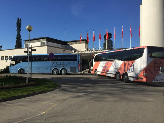 Haemeenlinna, Finland: Vekka Toursin bussit ovat tuoneet ryhmän ruokailemaan Aulanko-hotelliin