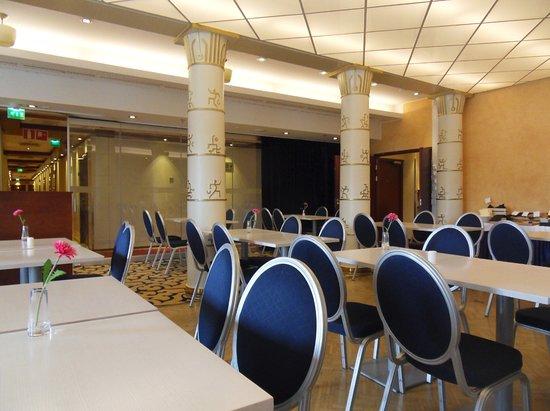 Scandic Atlas: The breakfast room with beautiful pillars