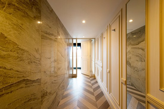 Hotel Piena Kobe: ピエナスイート1001号室、廊下を抜けると目の前に白を基調としたベッドスペースが広がります。 上質なセルバ社の家具を配し、アクセントカラーのパープルがさらに格調高い雰囲気を演出いたします。