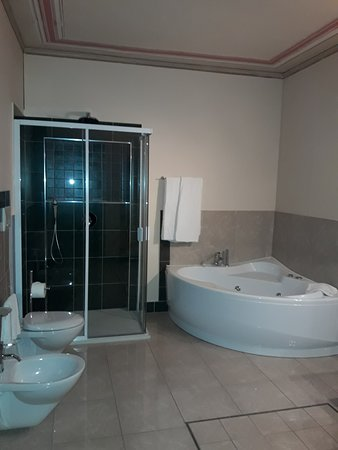 Gropello Cairoli, Italy: bagno suite family