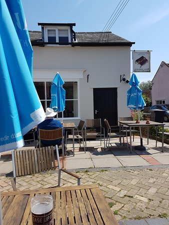 Snape, UK: Beer garden in the sunshine