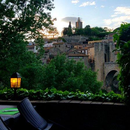 "Bridge of Besalu: Вечером на закате, застолбите славное местечко для ужина на ""той"" стороне моста. (заранее!))"