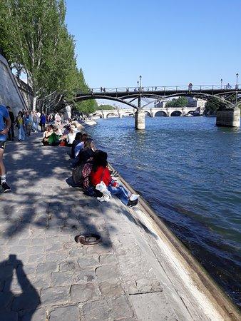 Seine River: River Seine crowds.