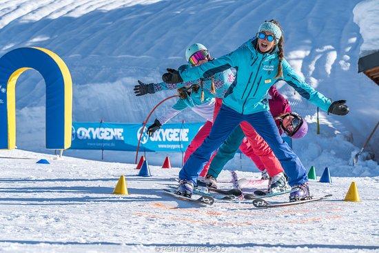 Oxygene Ski & Snowboard School : monitrice de ski Oxygène en cours collectif enfants