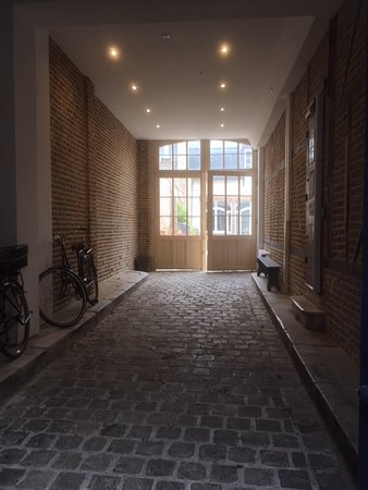 The Gem: Entrance passage from street to courtyard