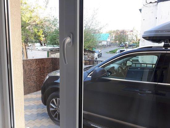 Kosmos Mini-Hotel: Машина под окном. Охраняемая парковка.
