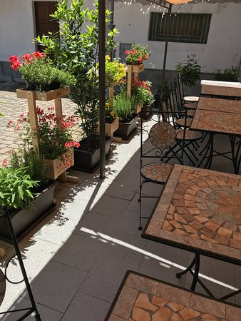 il dehor;  the outside seating area