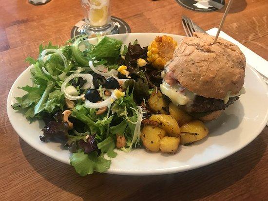 Restaurant Alte Brennerei und Kulturbrauerei Schwarzbuebe Bier: Wildsauburger mit Frühlingssalat und hausgemachten Treberbrötli