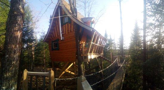 Nominingue, Canada : le chalet enchanté, une cabane dans les arbres à 20 pieds de hauteur aux Toits du Monde à Nomini