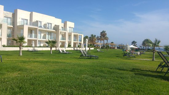 Amphora Hotel & Suites: peacefull hotel grounds