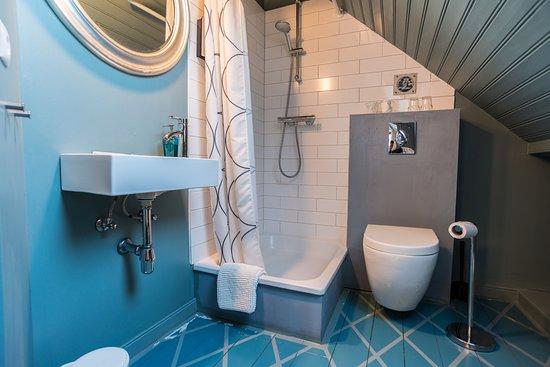Reykjavik Treasure B&B: Bathroom in room 302