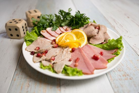 Shesh-Besh: Мясное ассорти - нарезка из четырёх видов натурального мяса, подается с соусом хрен.